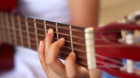 Min liten flicka som spelar gitarren arkivbild