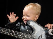 min livstidsmusik Barnpojke med gitarren Little rockstjärna Liten gitarrist i vippaomslag Vagga stilbarnet vagga och royaltyfria foton