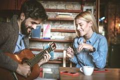 Min man spelar mig på gitarren sjunger mig en förälskelsesång Royaltyfri Foto