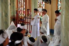 Religiös ceremoni i ett tempel för Cao Dai, Vietnam Royaltyfri Bild