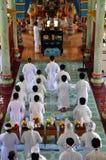 Religiös ceremoni i ett tempel för Cao Dai, Vietnam royaltyfri fotografi