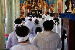 Religiös ceremoni i ett tempel för Cao Dai, Vietnam Royaltyfria Bilder
