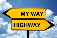 Min väg eller huvudvägen, mitt emot tecken Arkivfoto