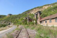 Mina abandonada - quarry perto de uma linha railway abandonada em Kucevo, Sérvia oriental As construções e as instalações industr fotos de stock royalty free