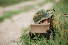 Mina ajustada soldados na grama Imagem de Stock
