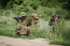 Mina ajustada soldados na grama Foto de Stock
