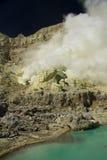 Mina amarela do enxôfre com o lago azul dentro do vulcão, Imagem de Stock