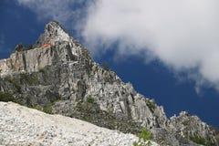 Mina blanca del m?rmol de Carrara en las monta?as de Apuan Un pico de monta?a n fotos de archivo