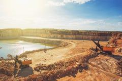 Mina a cielo abierto, máquinas, excavadores en la explotación minera de la piedra caliza de la mina fotografía de archivo