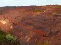 Mina a cielo abierto roja del mineral de hierro con maquinaria Imagen de archivo
