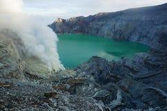 Mina de azufre, volcán activo, lago Fotos de archivo