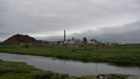 Mina de carbón abandonada en tundra en Rusia septentrional Fotos de archivo libres de regalías