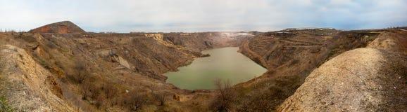 A mina de carvão abandonada, a vila de Krasnogorsk Panorama no tempo nebuloso fotos de stock royalty free