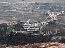 Mina de carvão com uma máquina escavadora da Cubeta-roda imagem de stock