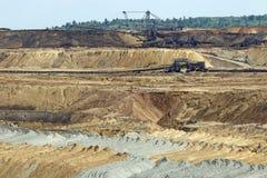 Mina de carvão do poço aberto com máquinas escavadoras Imagem de Stock