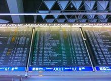 Mina de Francfort, Alemania - 15 de junio de 2016: La imagen del tablero del horario de vuelo Foto de archivo