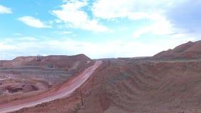 Mina de funcionamiento Excavadores a cielo abierto carros Panorama Rotación lisa de la cámara de vídeo almacen de video