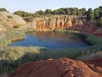 Mina de la bauxita con el lago en Otranto Italia Fotos de archivo libres de regalías