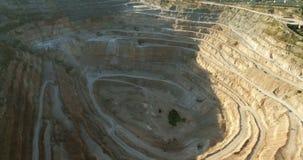 Mina de la mina a cielo abierto con omachinery de las porciones en el trabajo almacen de video