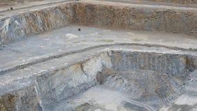 Mina de la explotación minera a cielo abierto con las porciones de maquinaria Mina en la mina del granito Rafadora de trabajo metrajes