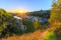Mina de la puesta del sol o lago o charca con la playa arenosa, agua verde, tre Foto de archivo