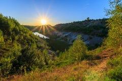 Mina de la puesta del sol o lago o charca con la playa arenosa, agua verde, tre Imagen de archivo libre de regalías