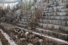 Mina de mármol abandonada en Siberia Extracci?n de minerales foto de archivo
