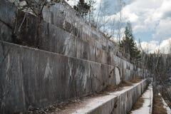 Mina de mármol abandonada en Siberia Extracci?n de minerales fotografía de archivo