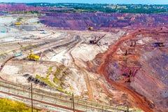 Mina de mineral de hierro en el campo de Mikhailovsky dentro de Kursk Anom magnético Imagen de archivo libre de regalías