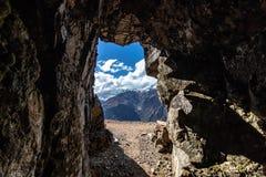 Mina de plata vieja de Inca Folk, montañas de los Andes, Perú imagen de archivo libre de regalías