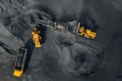 Mina de poço aberto, carvão das cargas da máquina escavadora a esmagar a máquina, interruptor inversor e classificação, zangão aé foto de stock