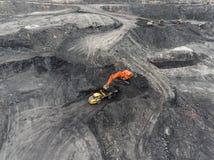 Mina de poço aberto de vista aérea, carregamento da rocha, carvão de mineração, indústria extrativa Fotografia de Stock Royalty Free