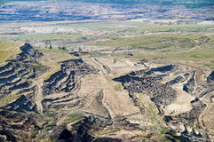 A mina de superfície de terra exposta, no beliche da parede do fundo para baixo com lignite fotografia de stock