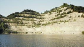 Mina de superficie de la arena con la piscina, sandpit con área al aire libre de la natación del agua almacen de video