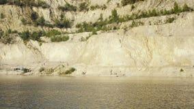 Mina de superficie de la arena con la piscina, sandpit con área al aire libre de la natación del agua