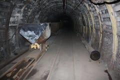 Mina A draga carrega o carvão do caminhão Catacumbas subterrâneas Imagem de Stock Royalty Free