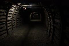 Mina A draga carrega o carvão do caminhão Catacumbas subterrâneas Fotos de Stock