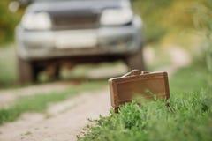 Mina instalada al lado del camino en la hierba Imágenes de archivo libres de regalías