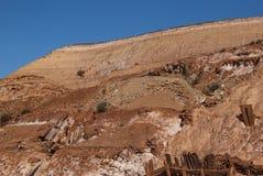mina vermelha da caverna exterior com o céu azul claro Fotografia de Stock