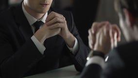 Minacciare dell'avvocato e cliente d'intimidazione, forzante lo confessare franco stock footage