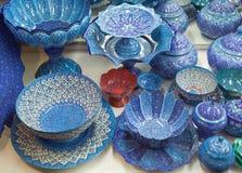 Minakari des navires et des cuvettes avec l'émail bleu et blanc ornementé à Isphahan de l'Iran Photographie stock libre de droits
