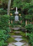 Minamoto ingen Yorimasas grav på Byodo-i templet i Kyoto Royaltyfria Bilder