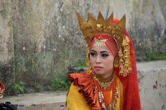 Девушка Minangkabau в желтом костюме танца стоковая фотография rf