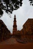 minar qutbtorn delhi india Arkivbilder
