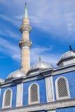 Minaret av den Fatih Camii (Esrefpasa) moskén i Izmir, Turkiet Arkivfoton