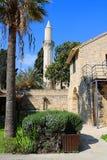 Minaret av den Grans mosk?n, Djami Kebir, som den kallas i Larnaca Cypern Sikt fr?n den Larnaca slotten arkivfoto