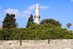 Minaret av den Grans mosk?n, Djami Kebir, som den kallas, i Larnaca, Cypern Sikt fr?n den Larnaca slotten royaltyfria foton