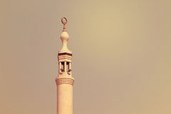 Minaret av den Jumeirah moskén som är upplyst på aftonen i den Jumeirah stranden, UAE PÅ 21 JULI 2017 Royaltyfri Fotografi