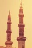 Minaret av den Jumeirah moskén som är upplyst på aftonen i den Jumeirah stranden, UAE PÅ 21 JULI 2017 Royaltyfria Bilder