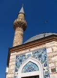 Minaret av den Konak Camii moskén i Izmir Royaltyfri Foto
